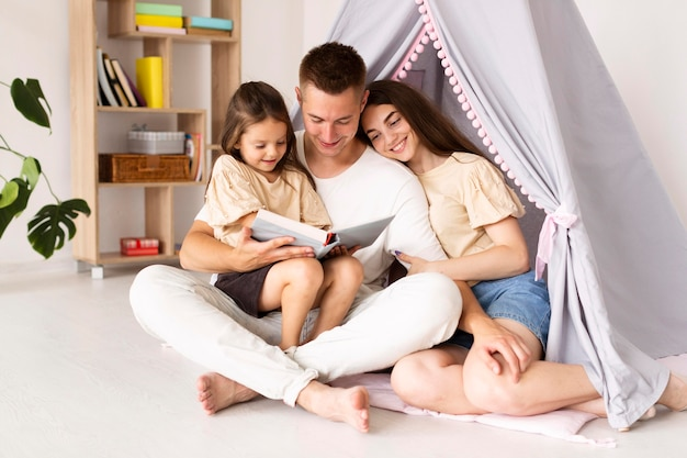 Familie die samen een boek leest