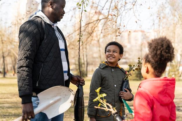 Familie die samen een boom wil planten