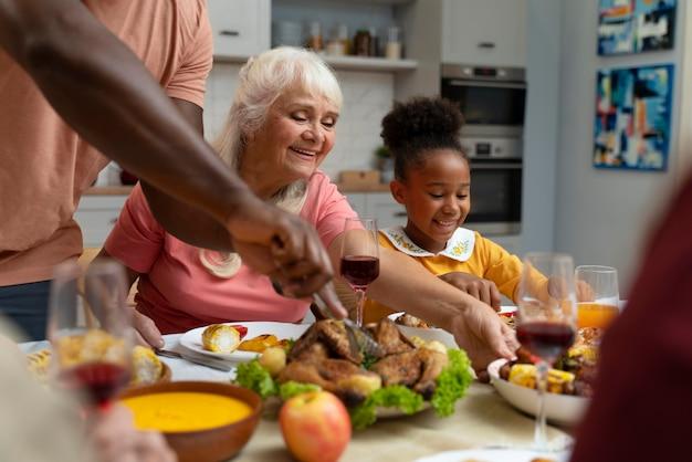 Familie die samen een leuk thanksgiving-diner heeft
