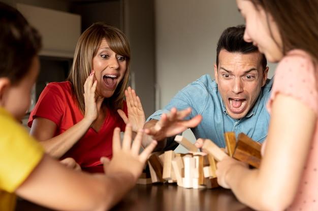 Familie die samen een stapelspel speelt en plezier heeft