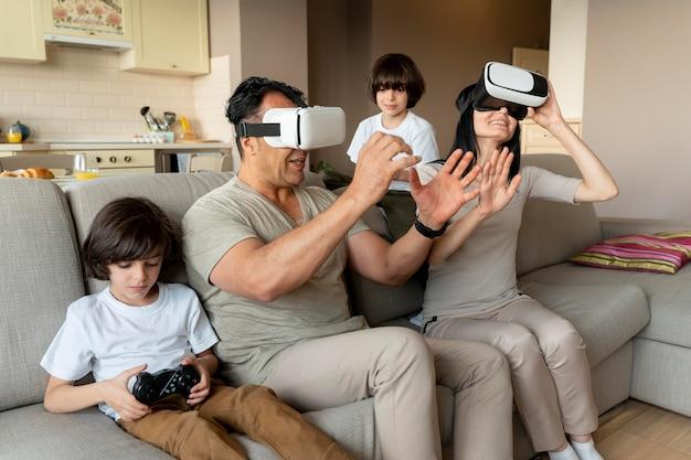 Familie die samen een virtual reality-game speelt