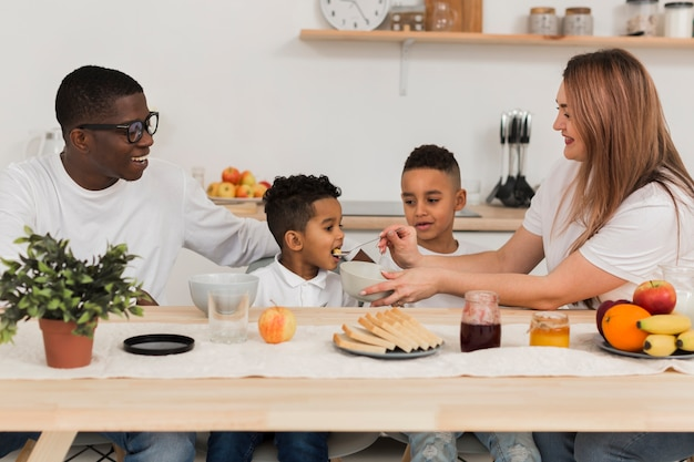 Familie die samen in de keuken eet
