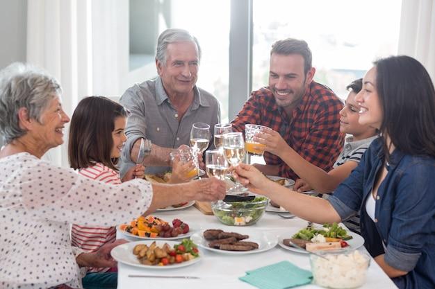 Familie die samen maaltijd heeft
