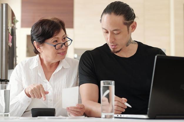Familie die samen met financiën werkt