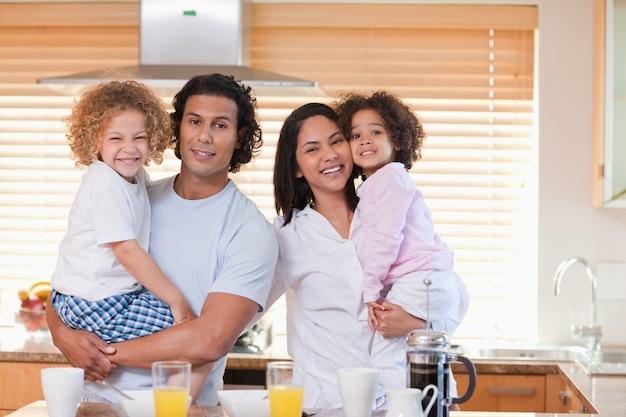 Familie die samen ontbijt in de keuken heeft