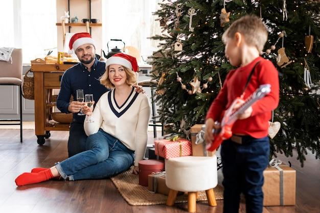 Familie die samen op kerstmis is