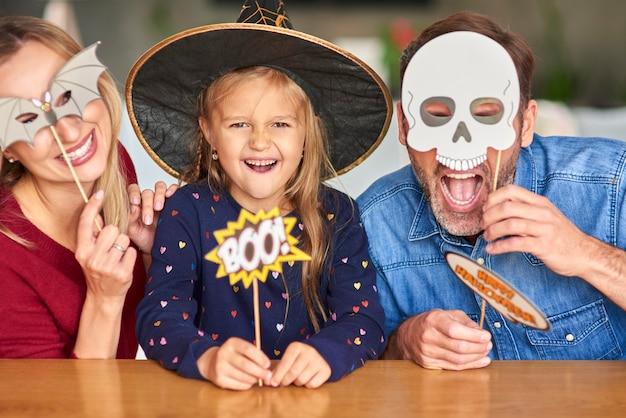 Familie die samen plezier heeft tijdens halloween