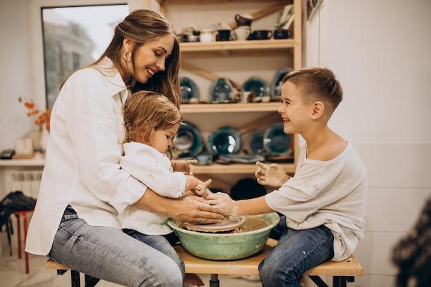 Familie die samen vervaardigt in een pottenbakkersklas