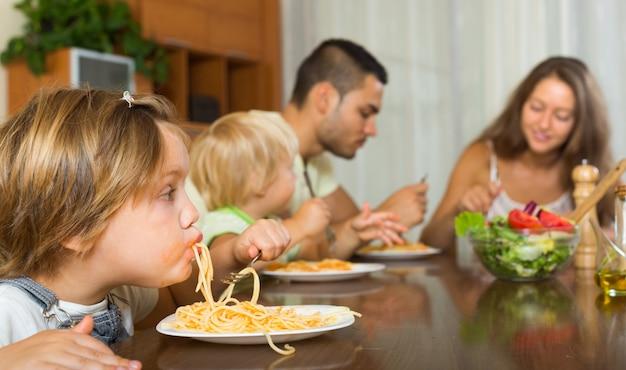 Familie die spaghetti eet