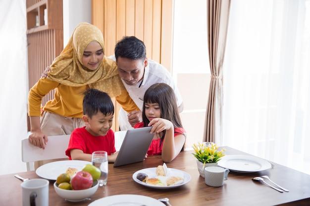 Familie die tabletpc thuis met behulp van