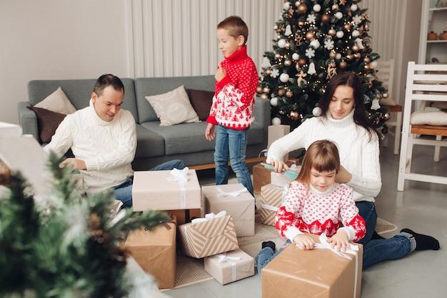 Familie die thuis cadeautjes uitpakt