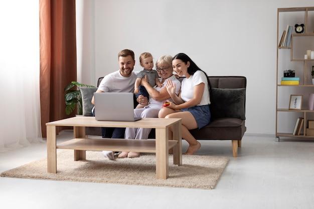 Familie die thuis een videogesprek voert