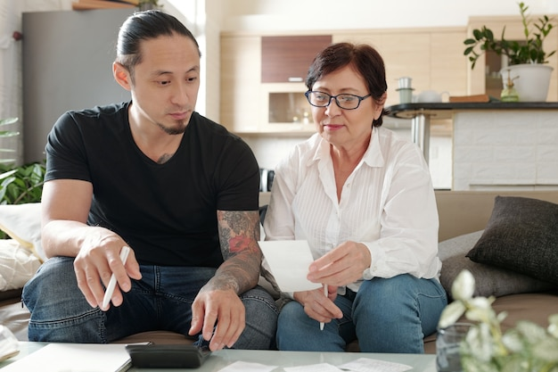 Familie die thuis met rekeningen werkt