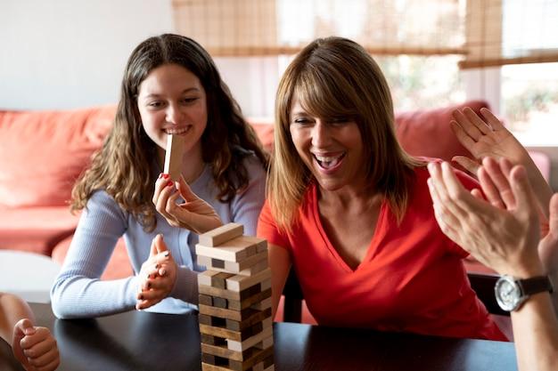 Familie die thuis samen stapelspel speelt