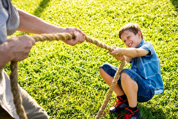 Familie die touwtrekwedstrijd speelt