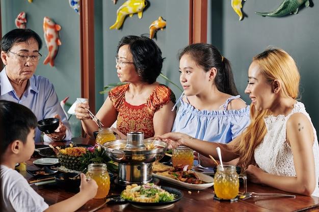 Familie die traditionele gerechten eet