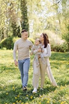 Familie die van wandeling in park geniet