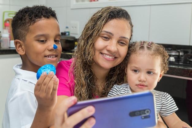 Familie die videogesprek voert om vrolijk pasen te wensen.