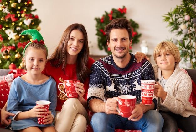 Familie die warme chocolademelk drinkt met kerstmis
