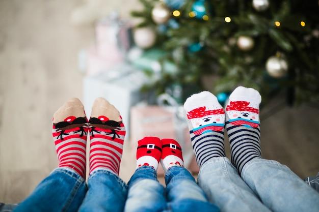Familie die wintersokken draagt
