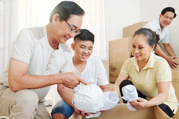 Familie dingen inpakken en verpakken