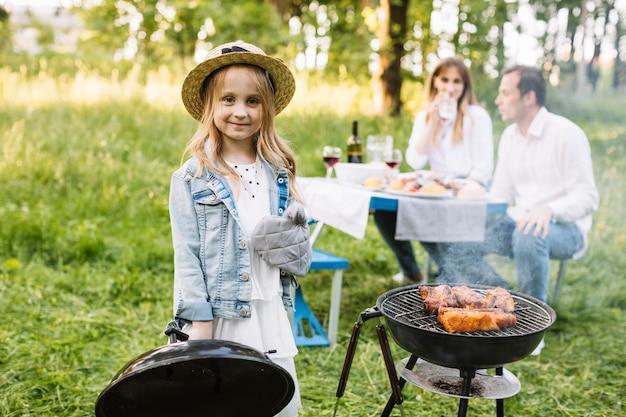Familie doet een barbecue in de natuur