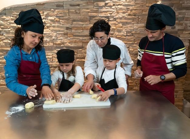 Familie doet een kookworkshop met de leraar