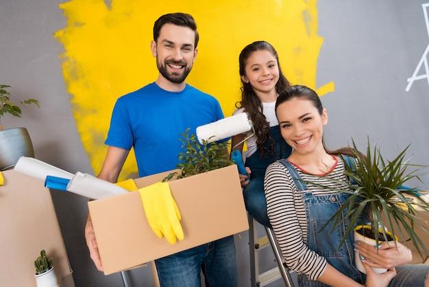 Familie doet reparaties in het huis te koop. verkoop van huizen.