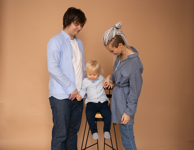 Familie dragen casual outfit geïsoleerde beige muur