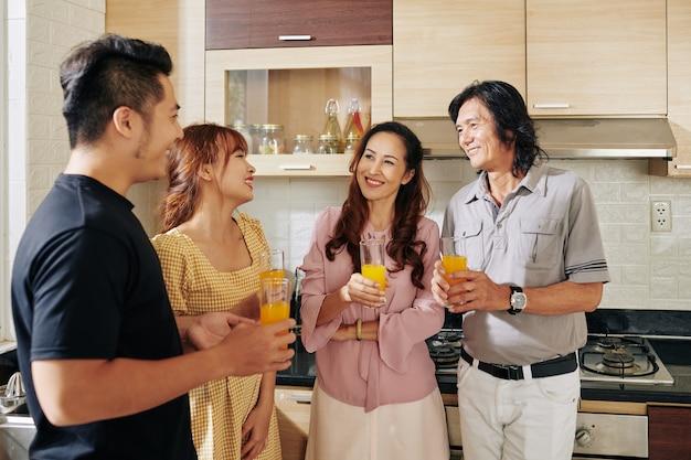 Familie drinken sinaasappelsap