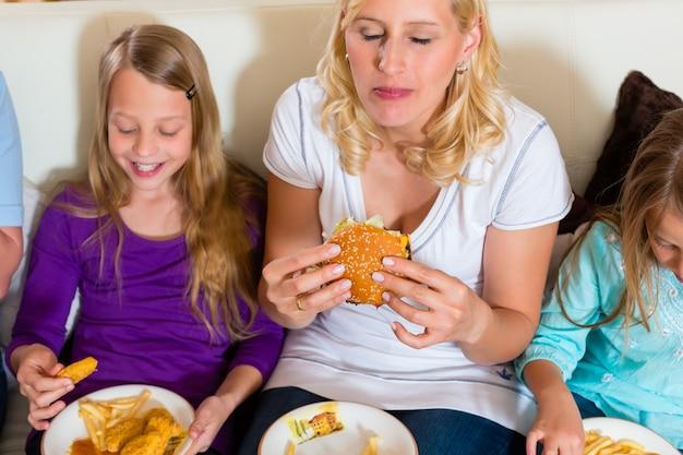 Familie eet hamburger of fast food