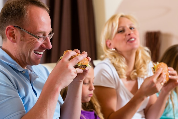 Familie eet hamburger of fast food