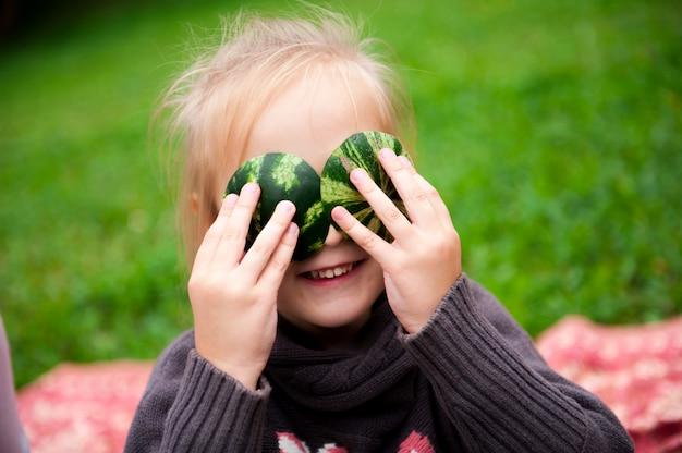 Familie eet samen een watermeloen in het park.