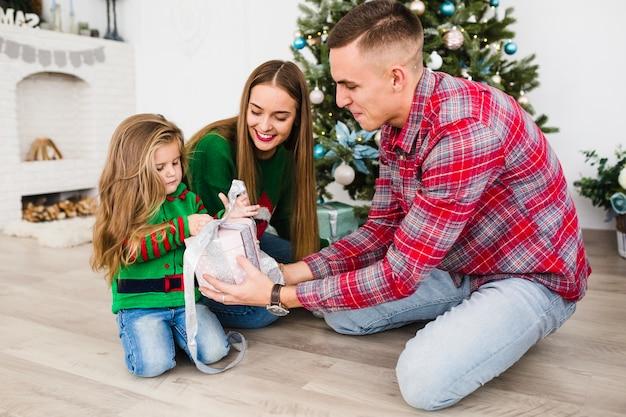 Familie en kerstmis concept met jonge ouders