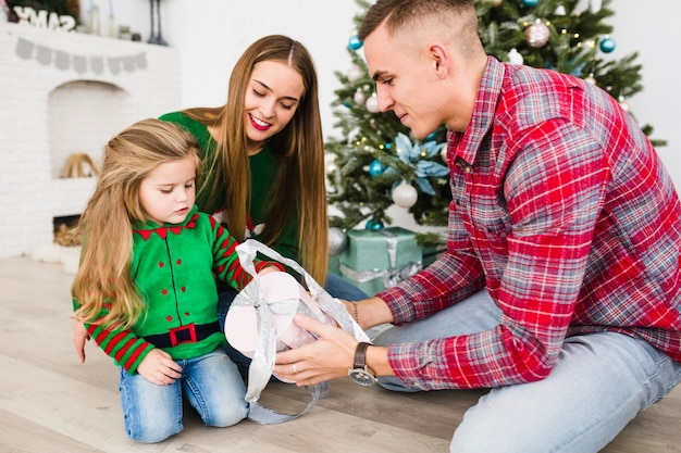 Familie en kerstmis concept met ouders en dochter