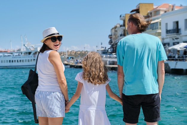 Familie europa toeristische reizen zee cruisevakantie, achteraanzicht.