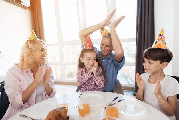 Familie feliciteert het kleine meisje op haar verjaardag
