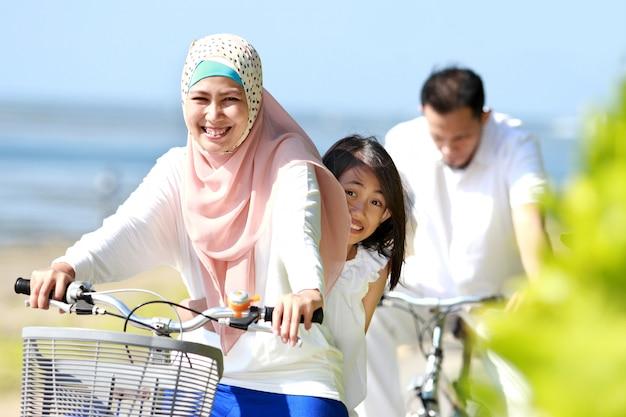 Familie fiets buiten