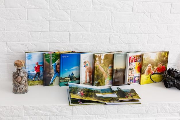 Familie fotoalbum zijn in de woonkamer, fotoboeken