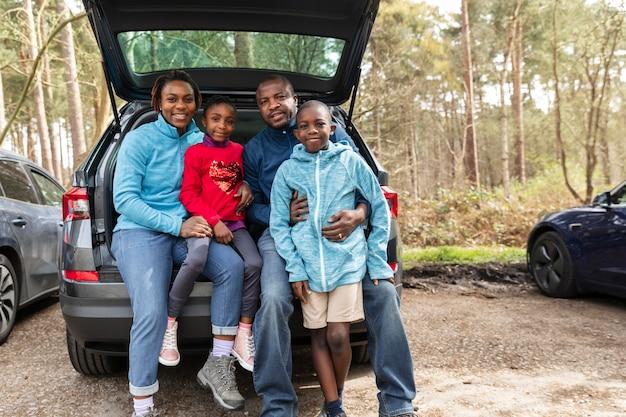 Familie gaat samen naar een avontuur