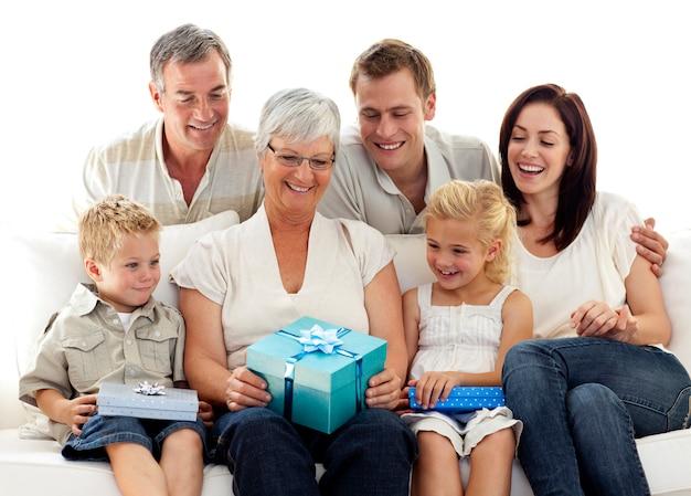 Familie geeft een cadeau aan grootmoeder
