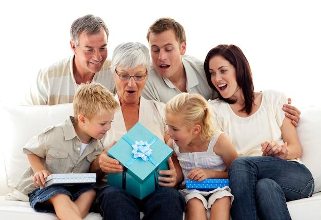 Familie geeft een cadeau aan oma
