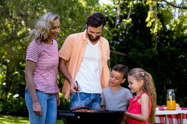 Familie gegrild voedsel op barbecue bij werf