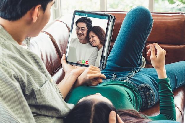 Familie gelukkig videogesprek terwijl je veilig thuis blijft tijdens covid-19 coronavirus