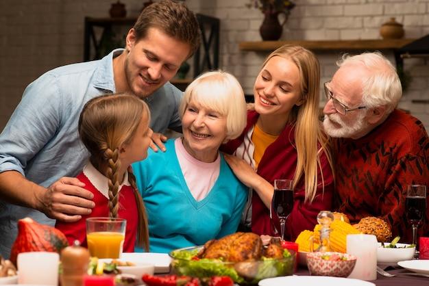 Familie generaties kijken naar elkaar
