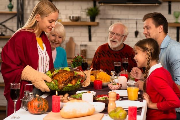 Familie generaties klaar om te eten op thanksgiving tafel