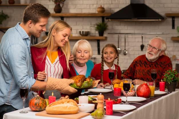 Familie generaties ruiken de vers gekookte kalkoen