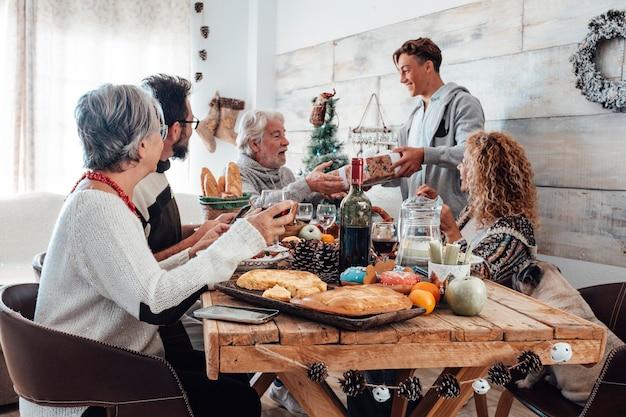 Familie geniet samen thuis van de kerstlunch