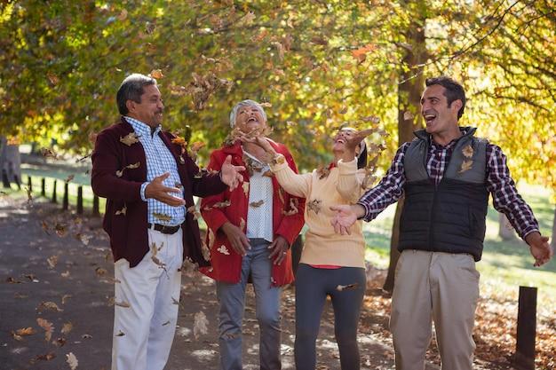 Familie genieten met herfstbladeren