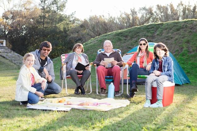 Familie genieten van camping